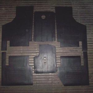 JUEGO-ALFOMBRAS-GOMA-NEGRAS-SEAT-600